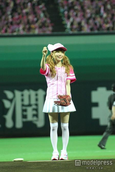 ピンクのユニホームで始球式を行った益若つばさの絶対領域
