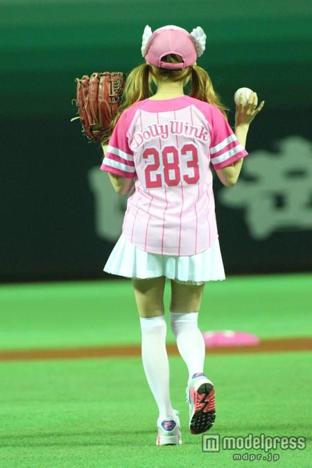 ピンクのユニホームで始球式を行った益若つばさ