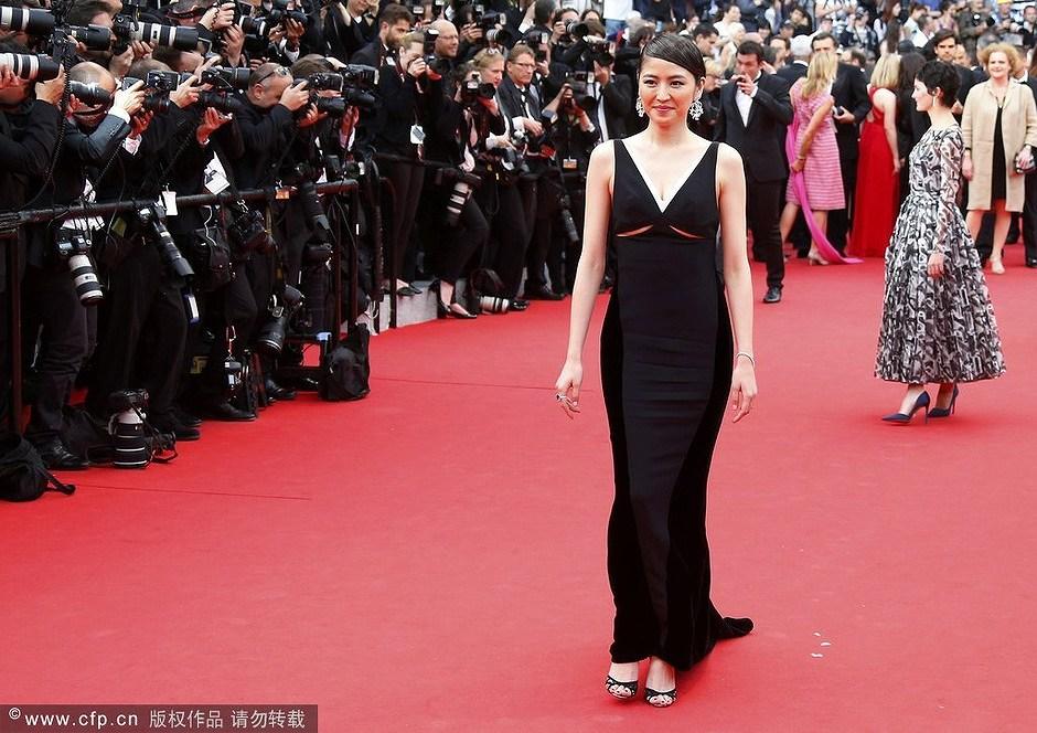 第67回カンヌ国際映画祭でステラ マッカートニーのシンプルな黒のロングドレスに身を包んだ長澤まさみ