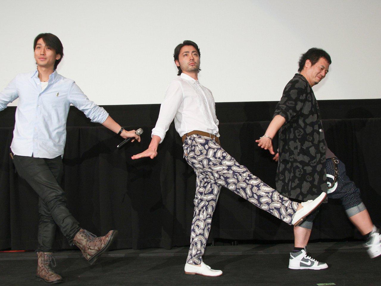 映画『闇金ウシジマくん Part2』の出演者、山田孝之、やべきょうすけ、崎本大海があたりまえ体操を披露