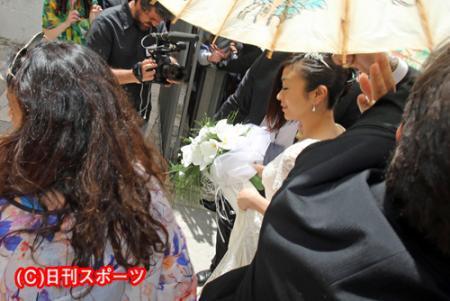 イタリアのサンタ・マリア・アッスンタ教会に入る宇多田ヒカル