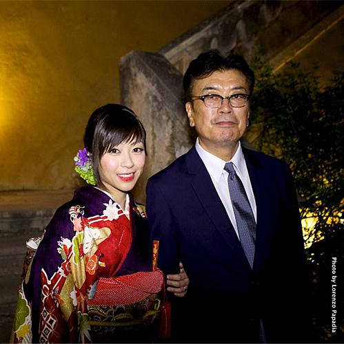 結婚式で着物を着た宇多田ヒカルと父・宇多田照實のツーショット