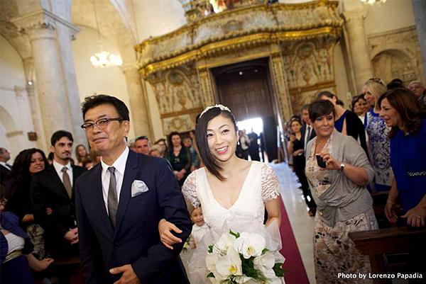 ウエディングドレス宇多田ヒカルと父・宇多田照實、バージンロードを歩く画像