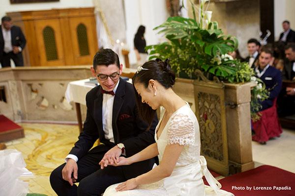 結婚式・教会内手をつなぐ宇多田ヒカルと夫となったフランチェスコ・カリアーノ氏のツーショット