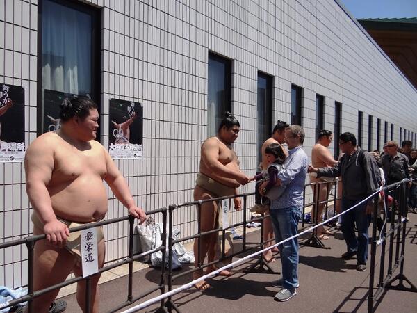 相撲取りの握手会の様子