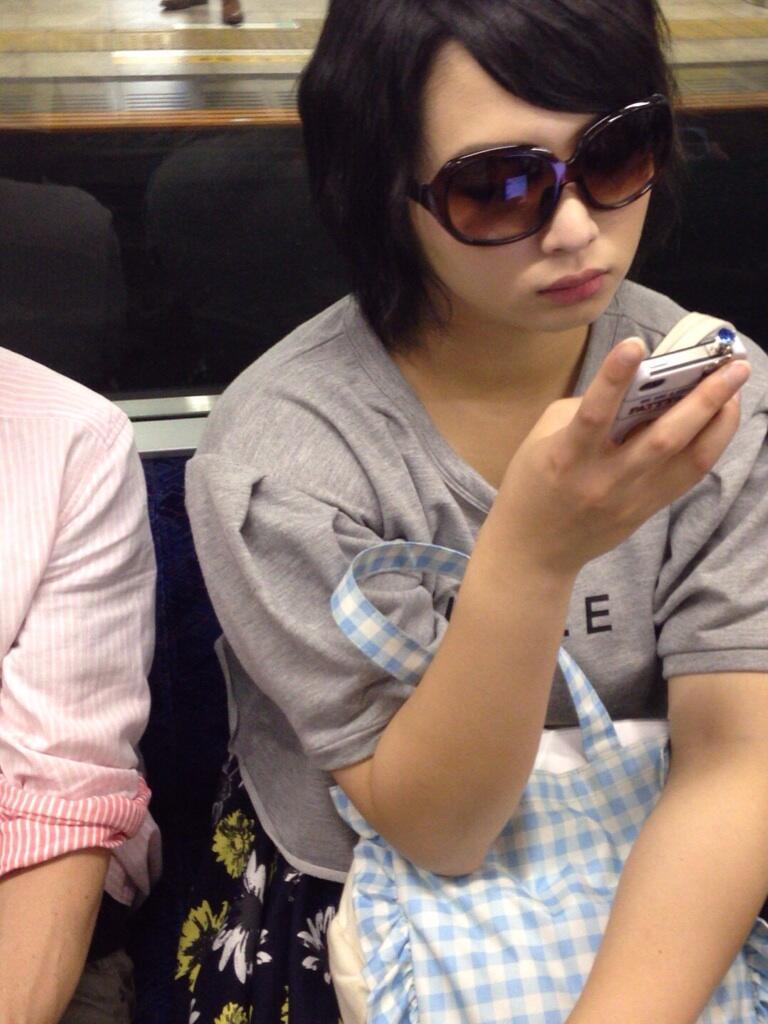 電車に乗ってるBerryz工房の須藤茉麻 盗撮画像