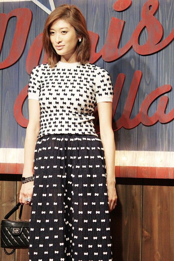 シャネルが主催するファッションショーに出席した山田優のコーディネートが酷い