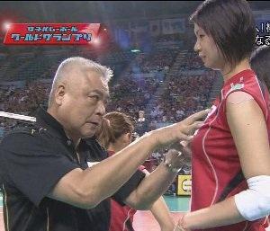 木村沙織の胸を触る女子バレーの監督