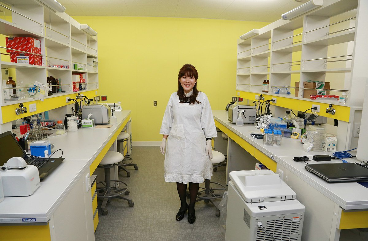 研究室で割烹着姿の小保方晴子