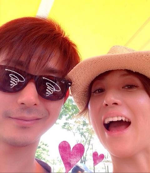 hitomiと再々婚した夫の会社経営者のツーショット