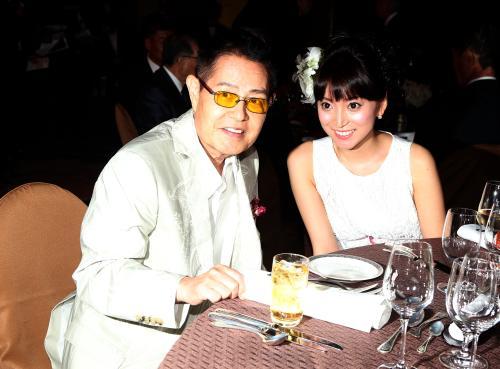 小野ヤスシさんの一回忌の偲ぶ会に全身白い服で出席した加藤茶夫妻