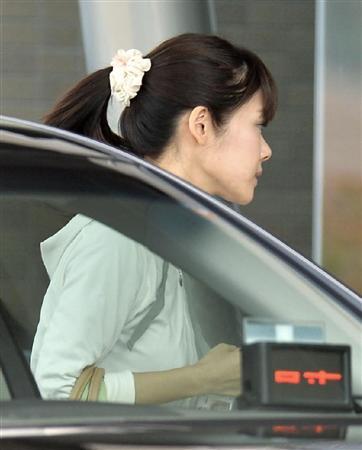 STAP細胞の検証実験に参加するためタクシーで出勤した小保方晴子 小保方晴子のポニーテール姿