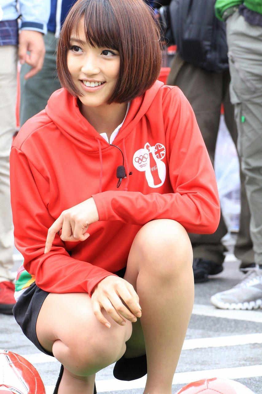 ショートパンツでしゃがんで太もも丸出し、パンチラ寸前の竹内由恵アナ