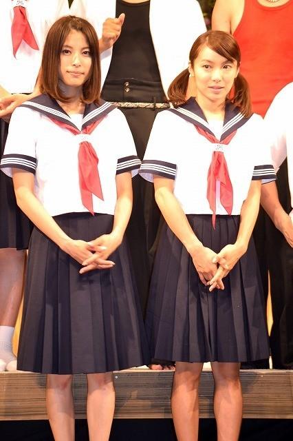 「夕-ゆう-」の公開リハーサルでセーラー服姿を披露した上原多香子と内山理名