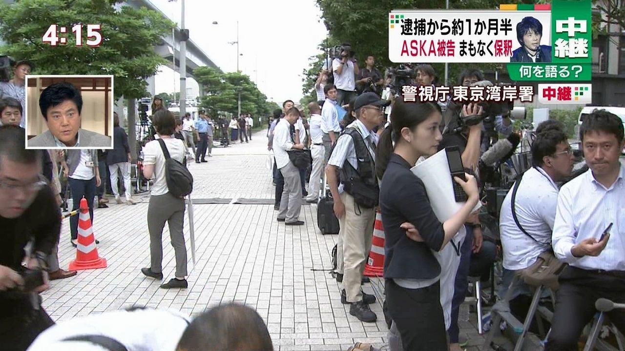 ASKA被告保釈のテレビ中継に写りこんだ半ケツ女性の顔