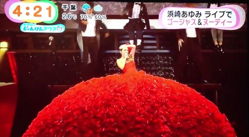 ライブ「PREMIUM SHOWCASE」で小林幸子の様な衣装を着る浜崎あゆみ