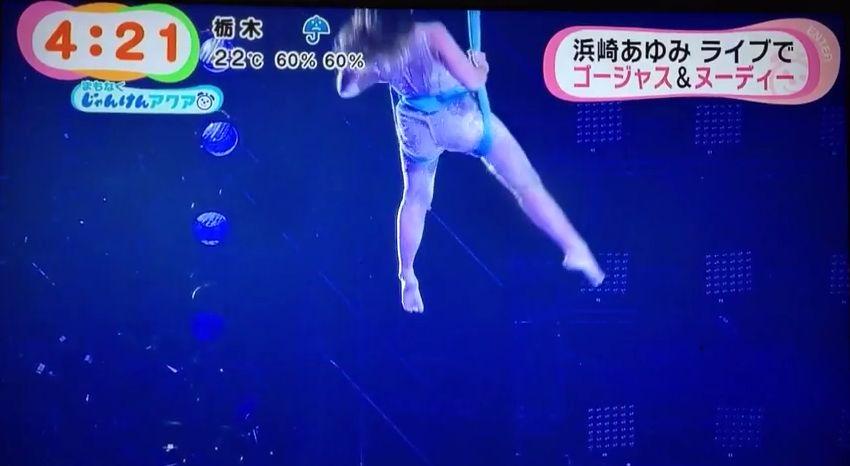 ライブ「PREMIUM SHOWCASE」でフライングパフォーマンスをする浜崎あゆみ