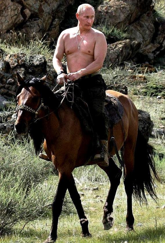 上半身裸で乗馬するプーチン