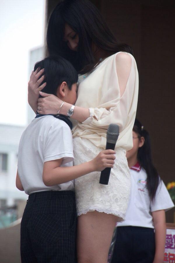 少年を抱き寄せる前田敦子