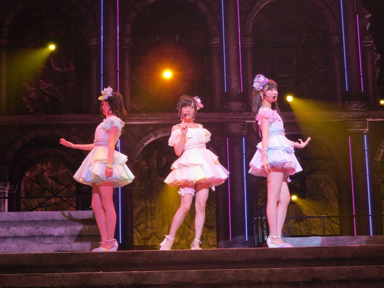 ステージでジッパーを歌うNMB48の上西恵、吉田朱里、山本彩