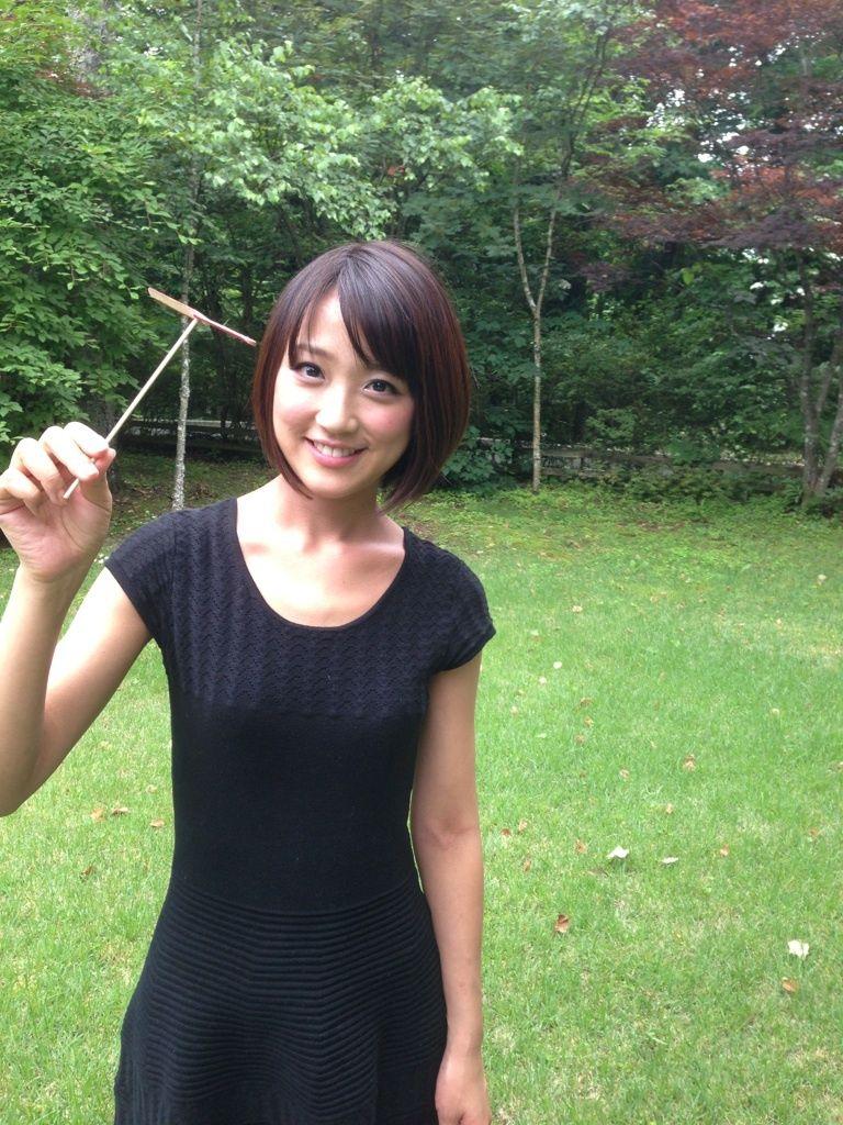 竹トンボを持つ竹内由恵