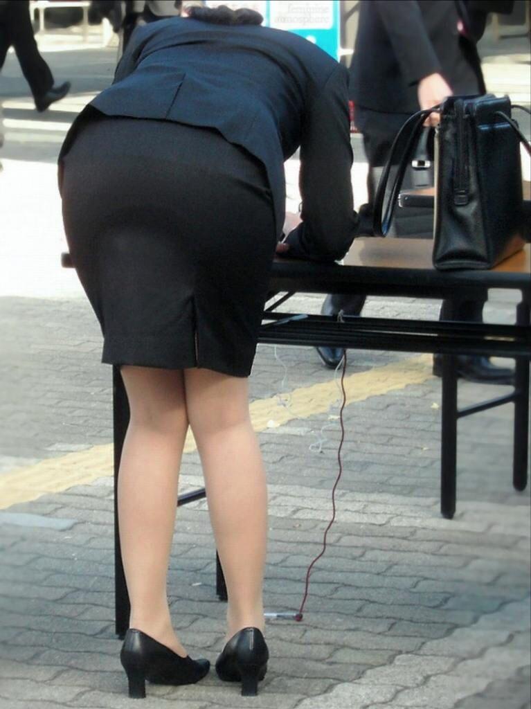 タイスカートを履いたOL