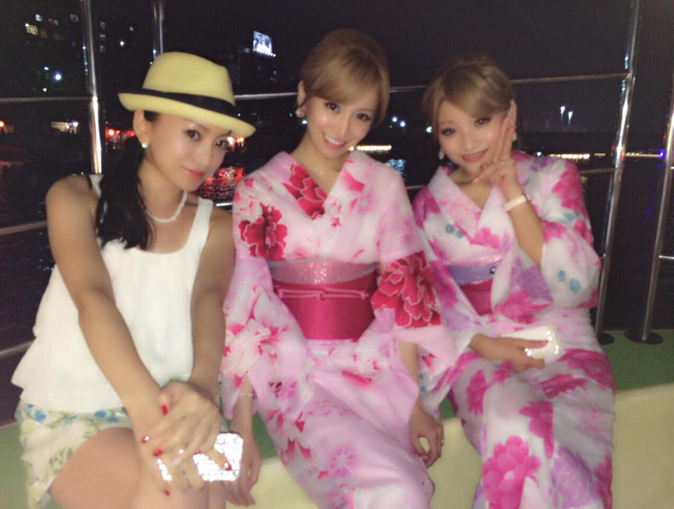 隅田川花火大会を屋形船で楽しむ加藤茶の嫁(加藤綾菜)と愛沢えみり