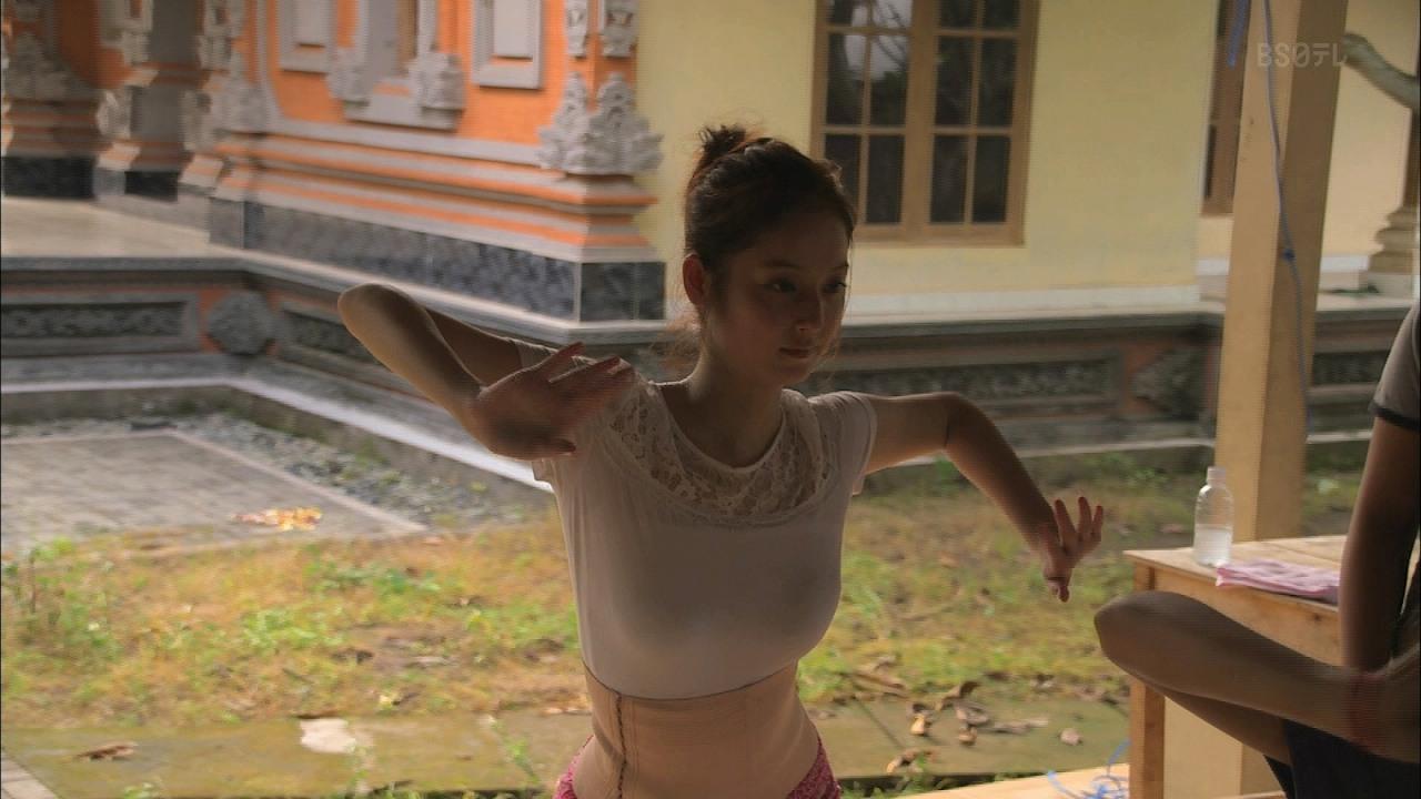 BS日テレ「神々の楽園 バリ島」でバリ舞踊を踊る佐々木希