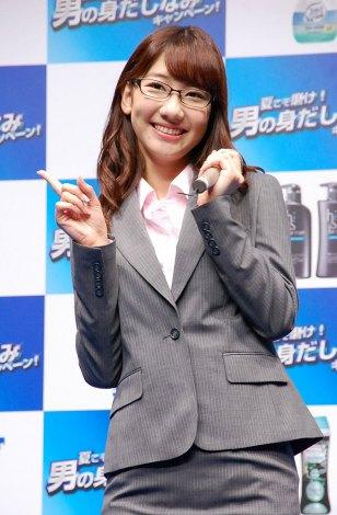 「男の身だしなみ」キャンペーンで眼鏡をかけた柏木由紀