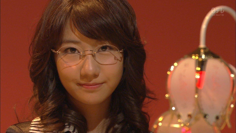 眼鏡をかけた柏木由紀