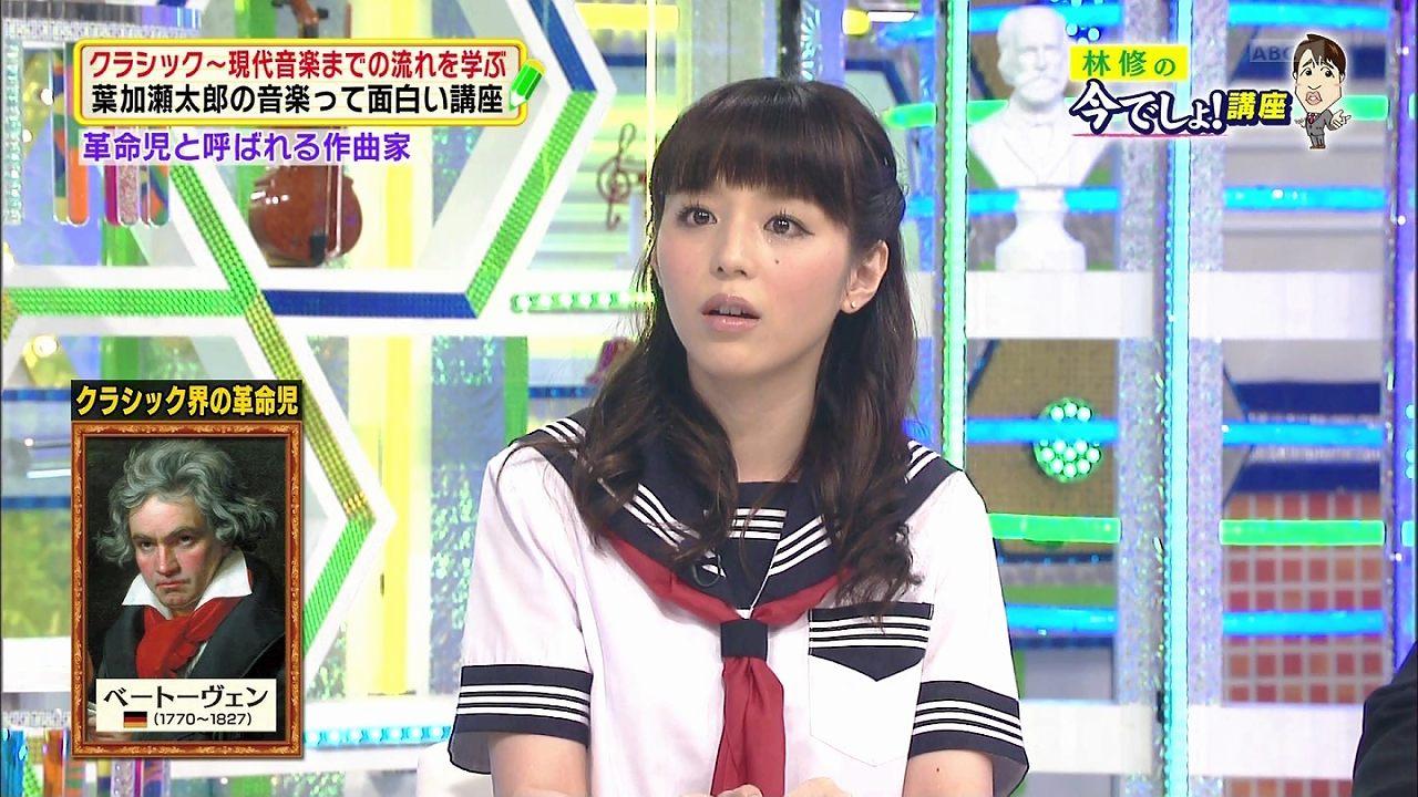 セーラー服姿でテレビ出演した平野綾