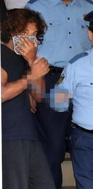 逮捕され、送検されるローラの父(ジュリップ・エイエスエイ・アル)
