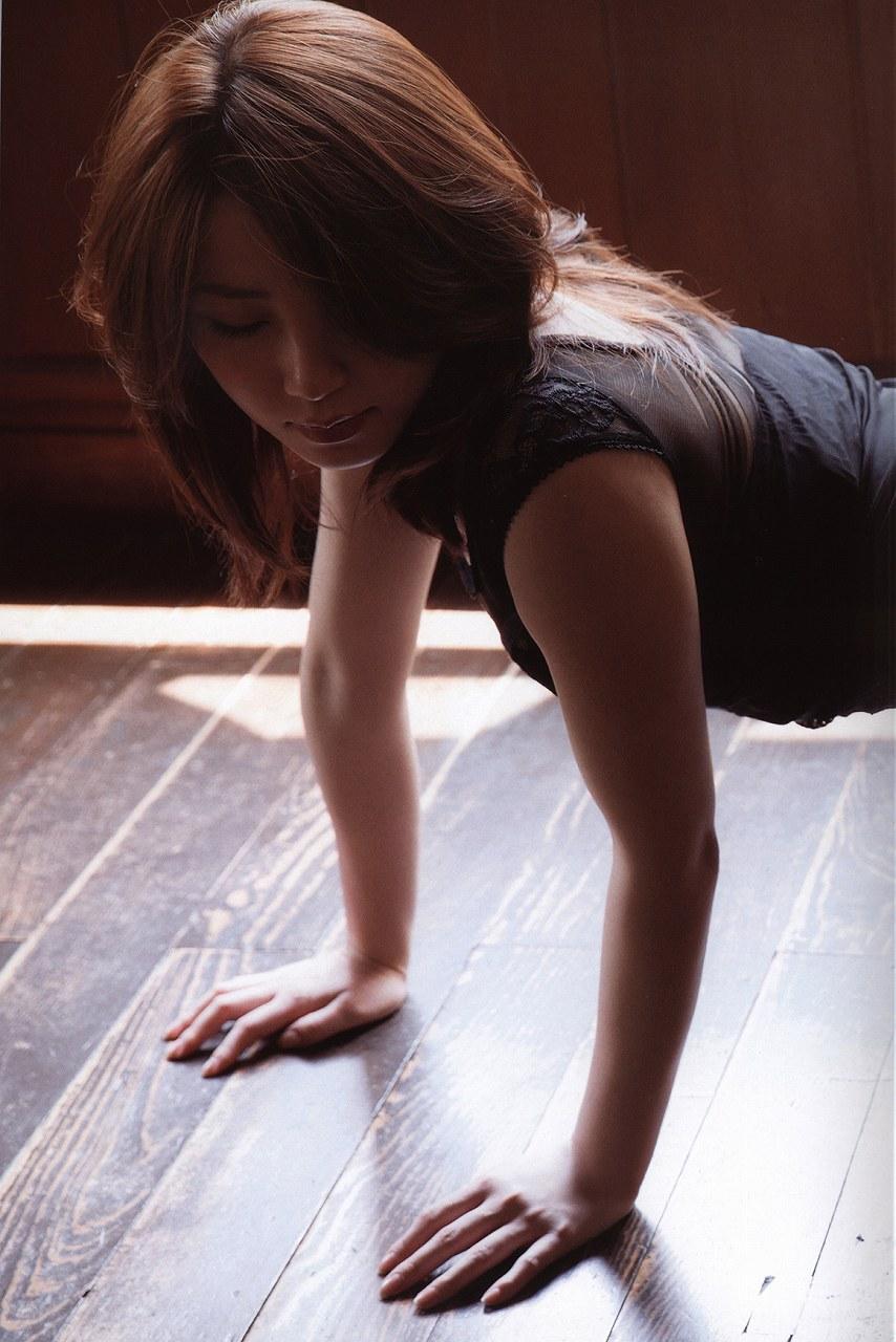 3作目写真集「誘惑」、よつんばいの吉川友