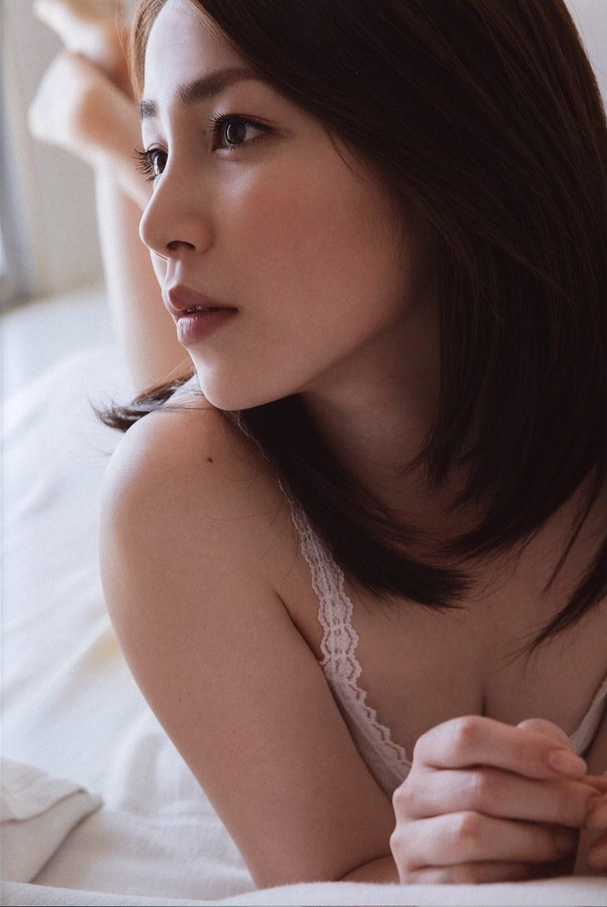3作目写真集「誘惑」の吉川友