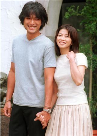 結婚会見で手をつなぐ江口洋介と森高千里