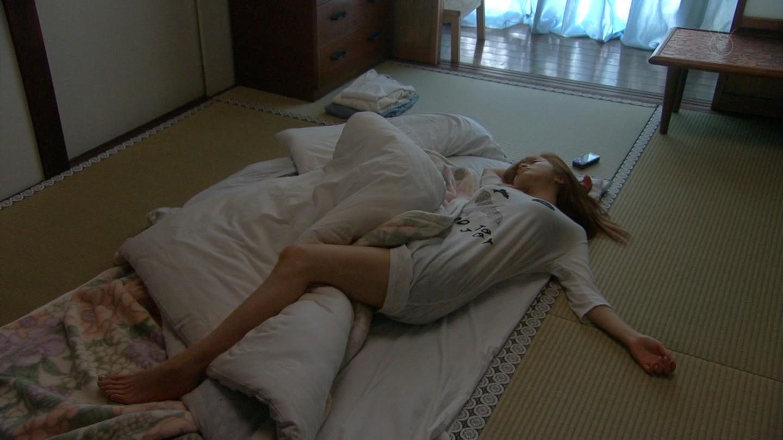 Tシャツで布団に寝る上戸彩