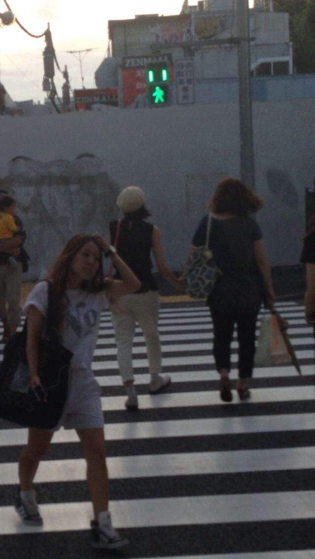 52歳の友達(振付師の滝沢充子)と手をつないで歩く能年玲奈