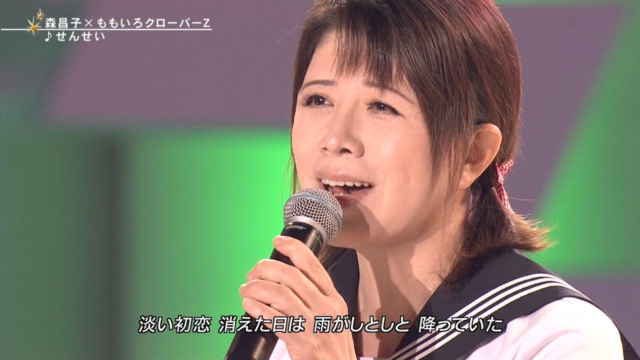 FNSうたの夏まつりでセーラー服姿で歌う森昌子