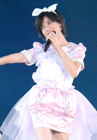 AKB48グループ東京ドームコンサートでミニスカートで歌う大人AKBの塚本まり子