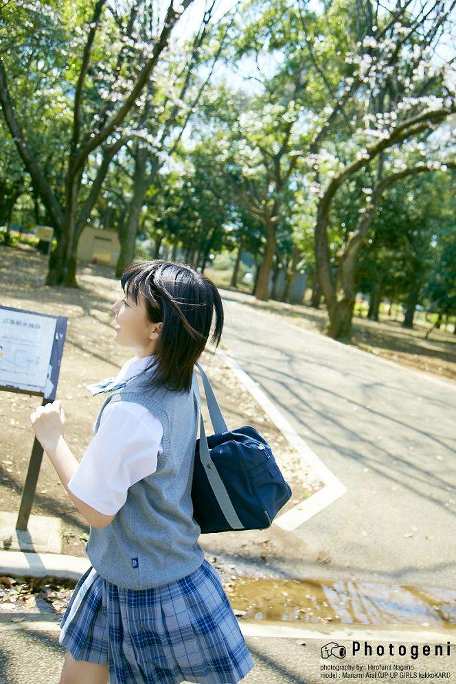制服姿の新井愛瞳