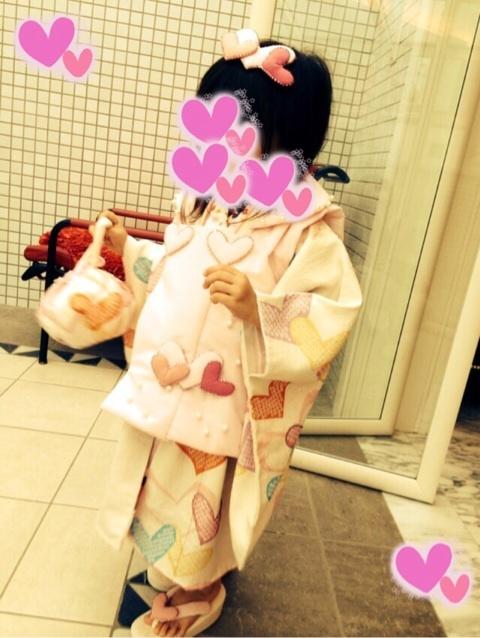 神田うのデザインの七五三着物を着る神田うのの娘