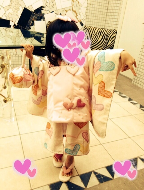 神田うのデザインの七五三衣装を着る神田うのの娘
