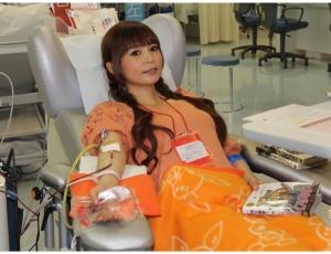 赤十字「しょこたんが献血初挑戦!」記事画像 献血する中川翔子