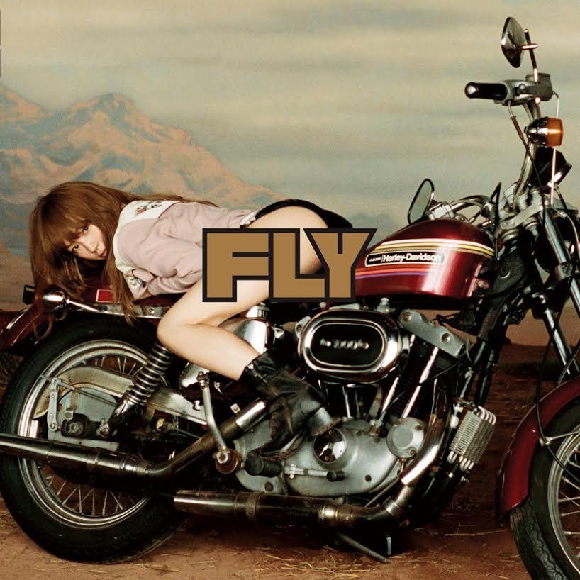 YUKIのアルバム「FLY」のジャケット写真 バイクにまたがるYUKI