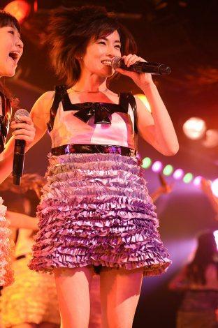 卒業公演、ミニスカート姿で熱唱した塚本まり子