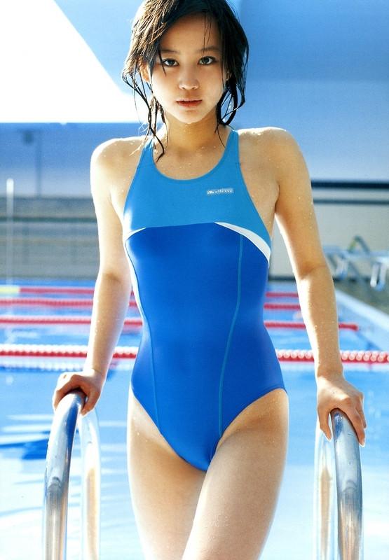 競泳水着姿の堀北真希