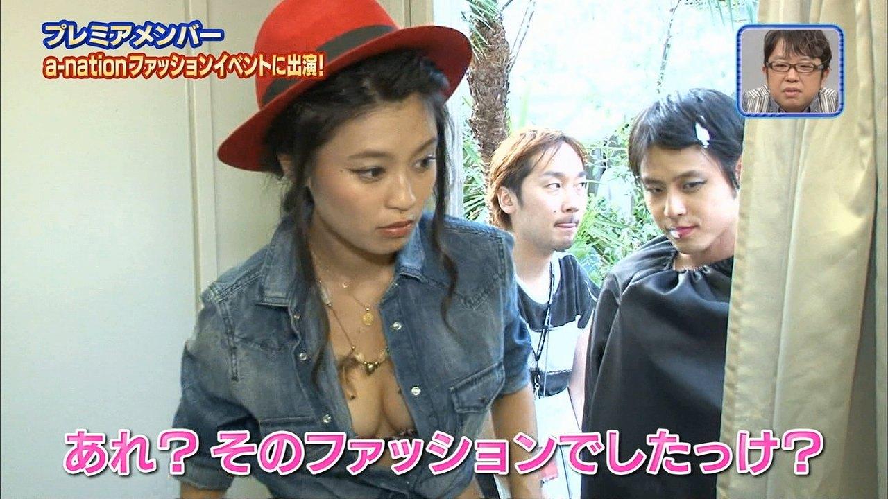 小島瑠璃子がシャツのボタンを4つ外し、胸丸出しでテレビ出演