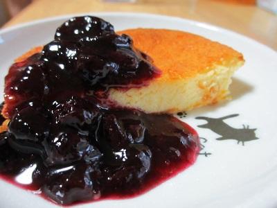 カルピスチーズケーキのブルーベリージャム添え