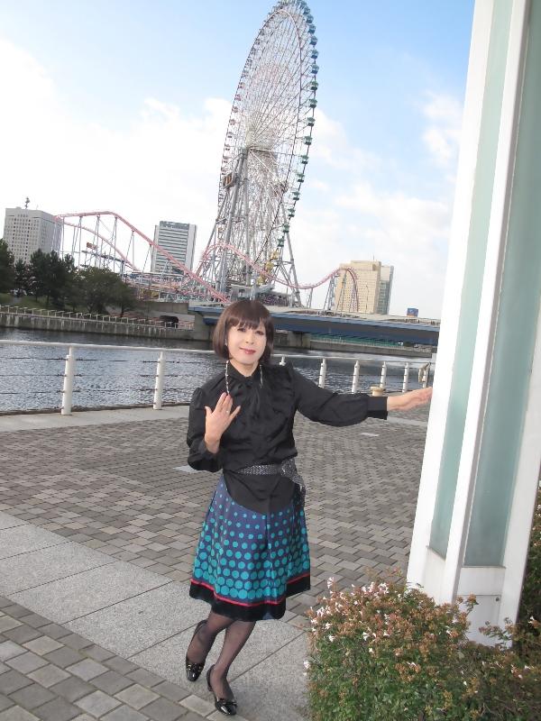 091021黒ブラウス緑スカート(1)