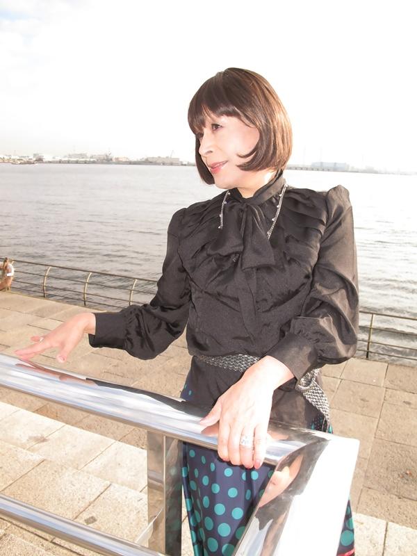 091021黒ブラウス緑スカート(2)